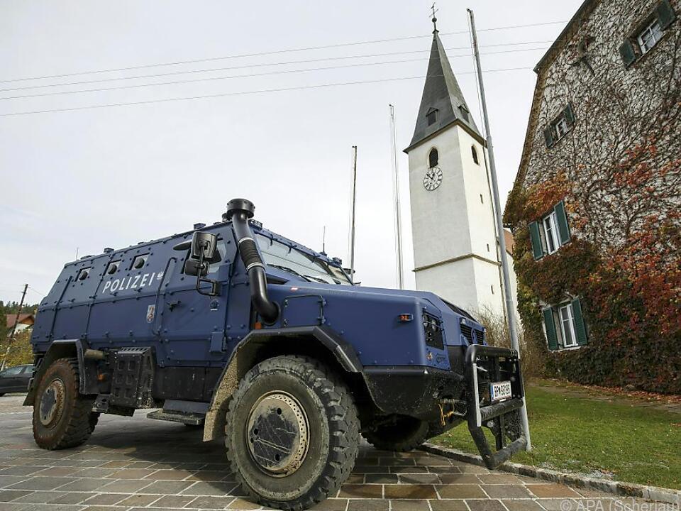 Gepanzertes Polizeifahrzeug in dem steirischen Dorf