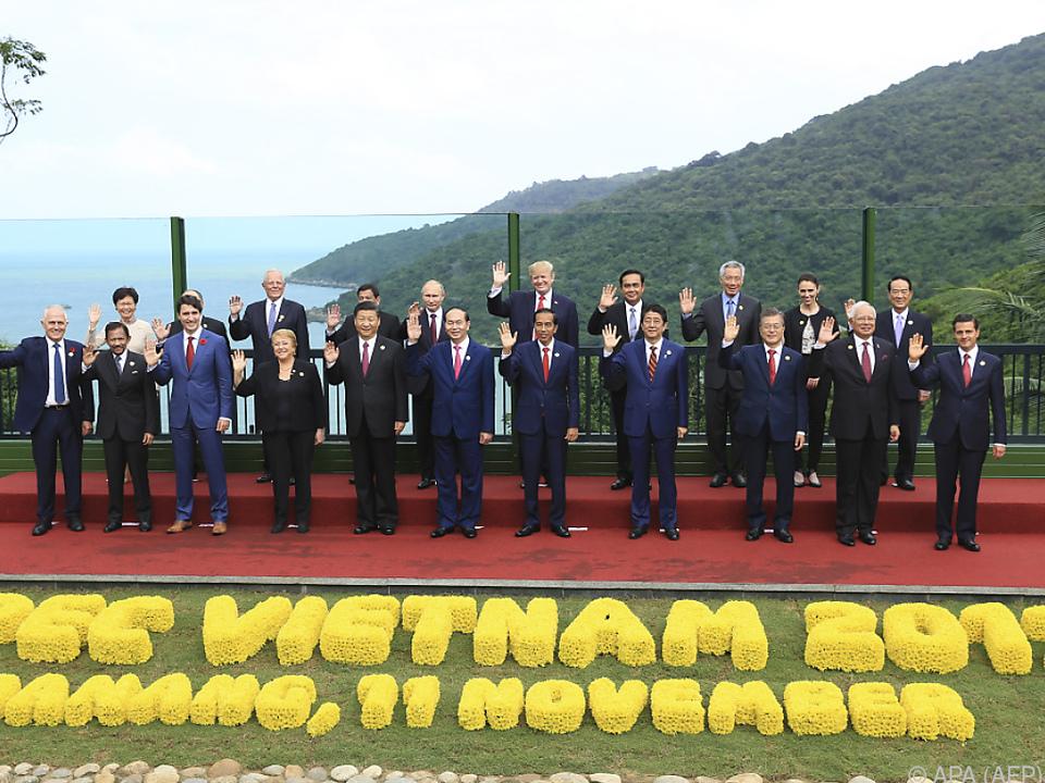 Gruppenfoto mit winkfreudigen Staatschefs