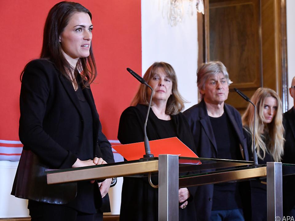 Kommissarin Verena Konrad erläutert das Konzept