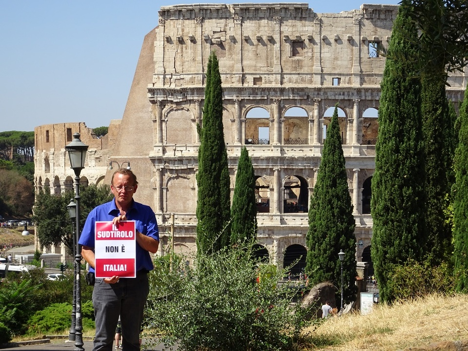 lang-vor-dem-kolosseum-davanti-al-colosseo-romano