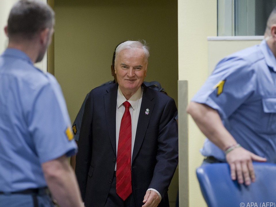 Mladic betrat den Gerichtssaal lächelnd