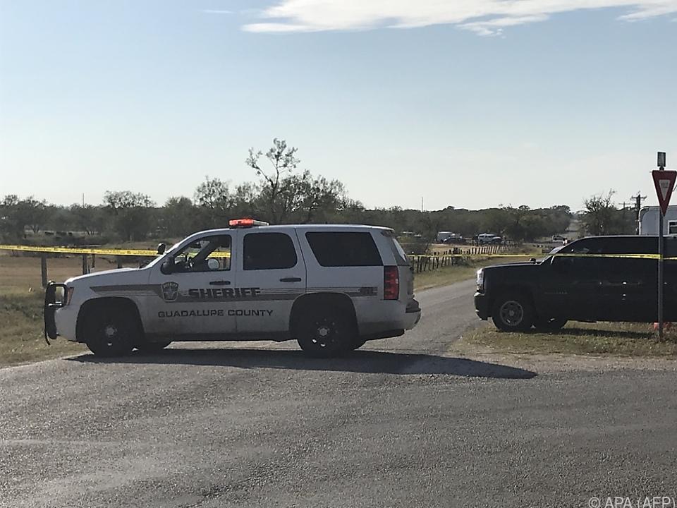 Polizeiblockade nahe des Tatorts - Auch der Täter starb offenbar