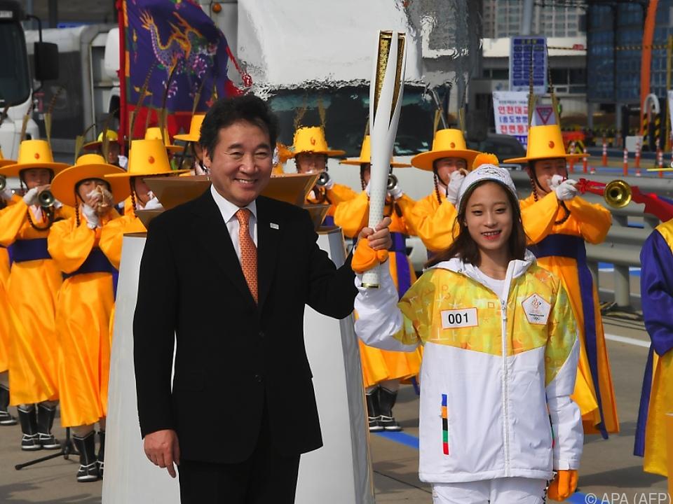 Premier Lee Nak-Yon und Eiskunstläuferin You Youn strahlen