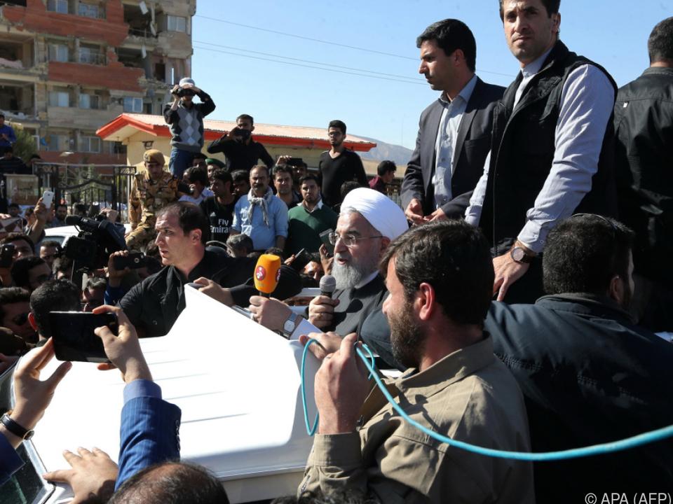 Ruhani bei seinem Besuch im Erdbebengebiet