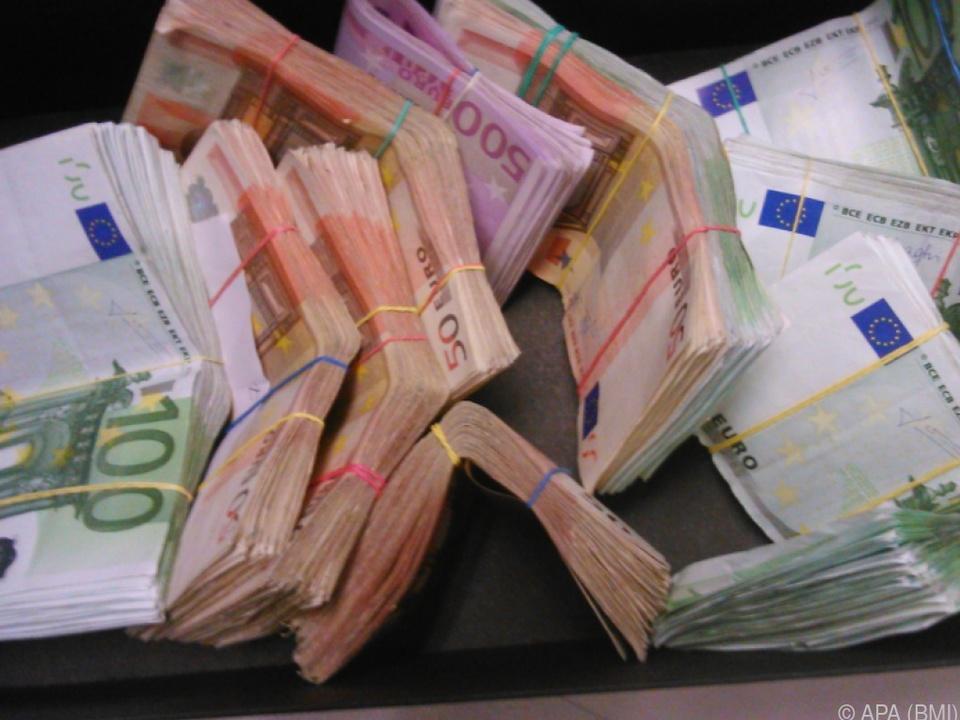Rund 165.000 Euro in bar wurden ebenso sichergestellt