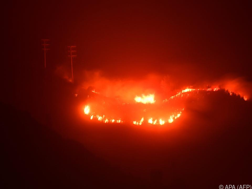 8.500 Feuerwehrleute bekämpfen die Brände
