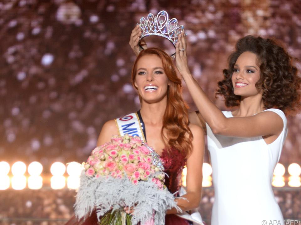 Die frischgebackene Miss France Maeva Coucke wird gekrönt