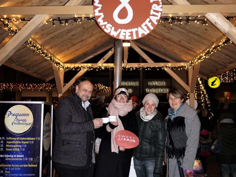 sweet afFAIR/Foto von links: Ulrich Gamper (Bürgermeister von Algund), Marlies Untersteiner (binnen-I), Verena Gschnell (oew-Organisation für Eine solidarische Welt), Helene Unterweger (Eine-Welt-Gruppe Algund)