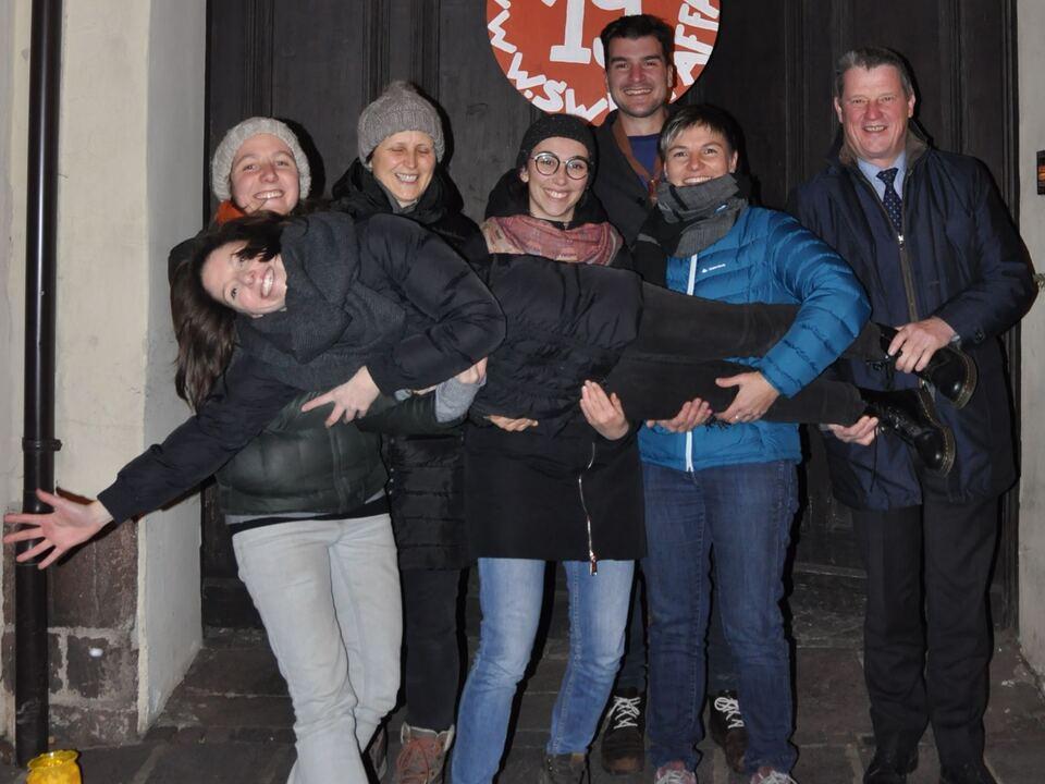 eppan_appiano - Foto von links: Verena Gschnell, Viktoria Obermarzoner (Schauspielkollektiv binnen-I, getragen), Helga Pichler (Familienverband Eppan), Julia Prossliner und Lisi Egger (Jugenddienst Überetsch), Wilfried Trettl (Bürgermeister Eppan), Tobias Rautscher (Pfadfinder)