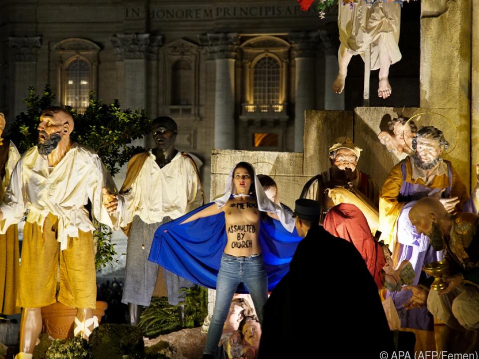 Femen-Aktivistin in Weihnachtskrippe