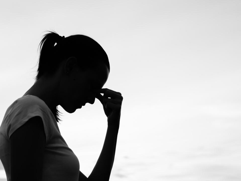 traurig depression verzweiflung mutter frau gewalt Silhouette of a tired and stressed woman.