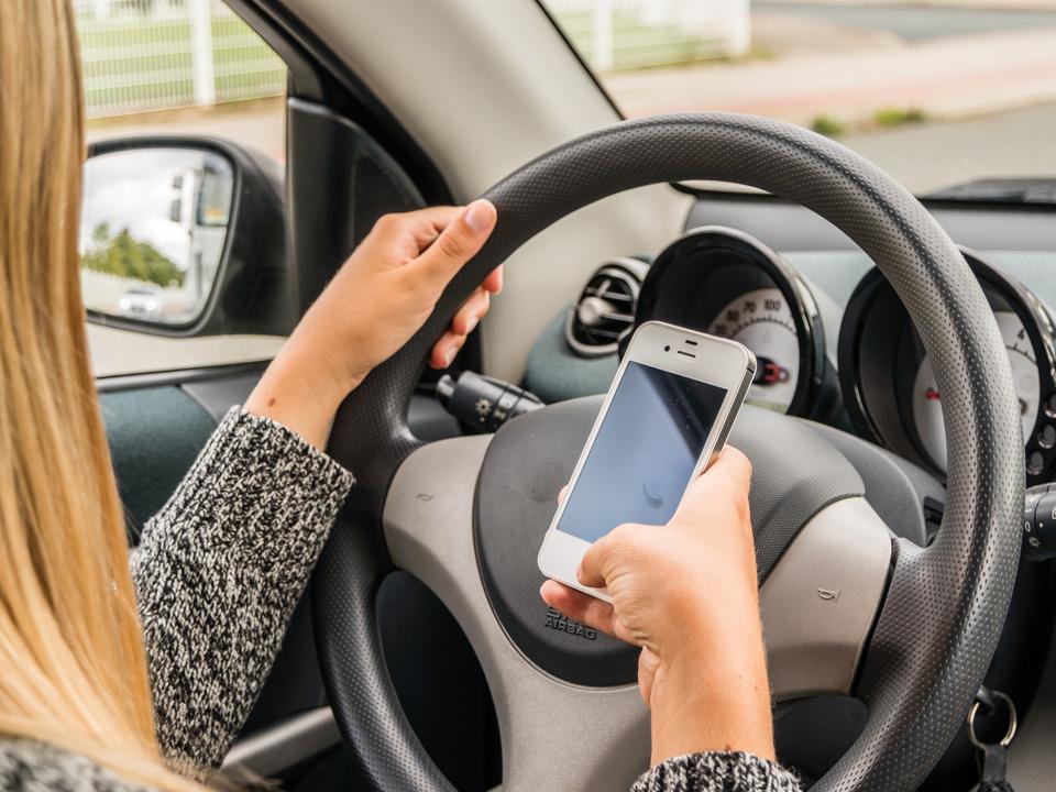 Gefahr am Steuer Handy auto smartphone sym