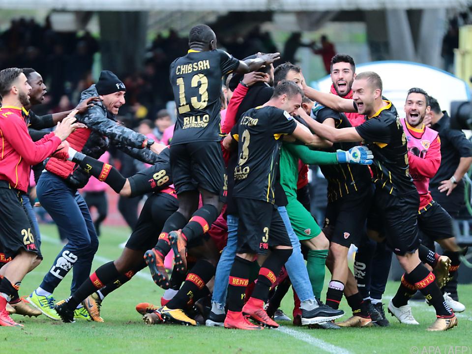 Goalie Brignoli verschwand unter der Jubeltraube