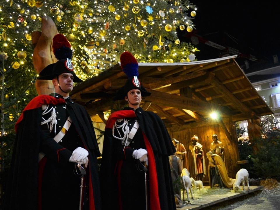 i-carabinieri-in-grande-uniforme-storica-nei-pressi-del-presepe