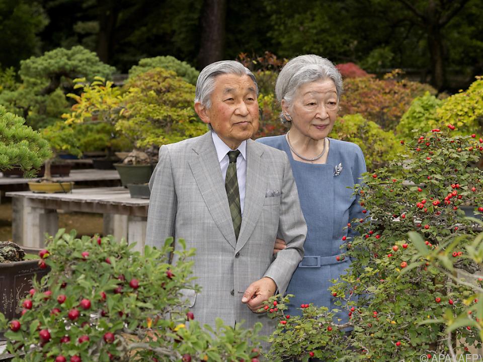 Kaiser Akihito mit Kaiserin Michiko im Garten des Palasts in Tokio