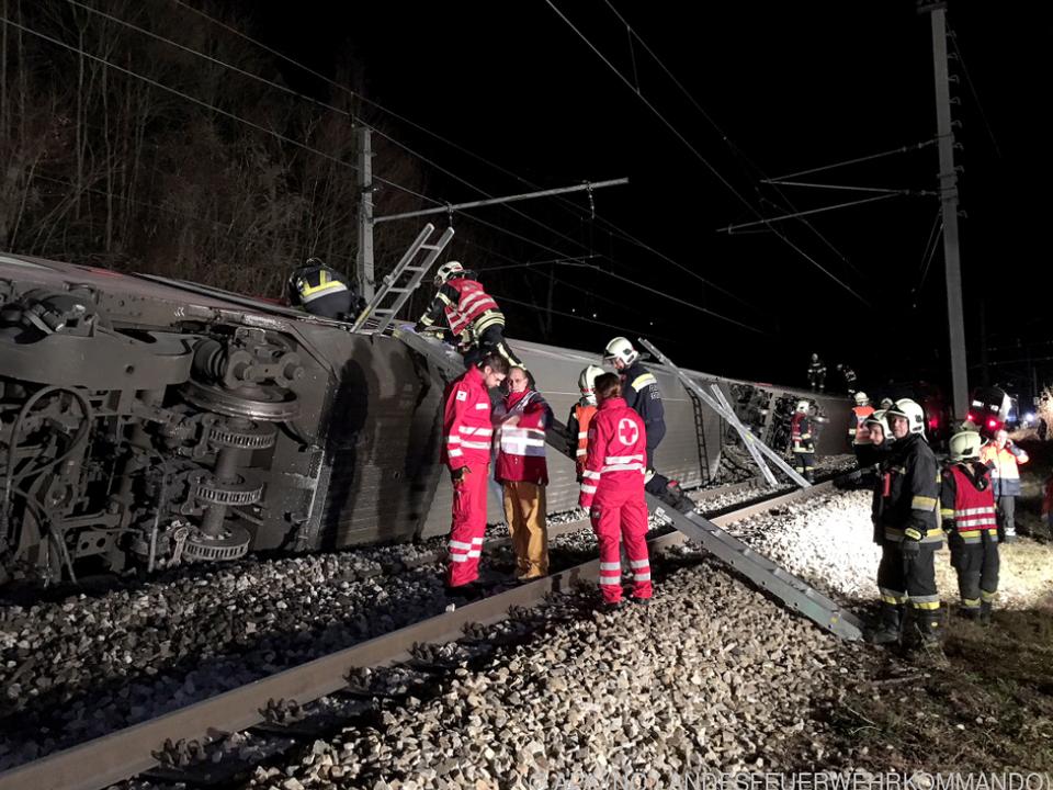 Rettungskräfte neben umgestürzten Waggons in Kritzendorf