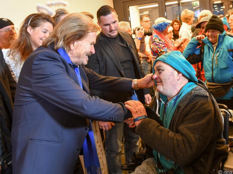 Sänger Frank Zander begrüßte Obdachlose und Bedürftige persönlich