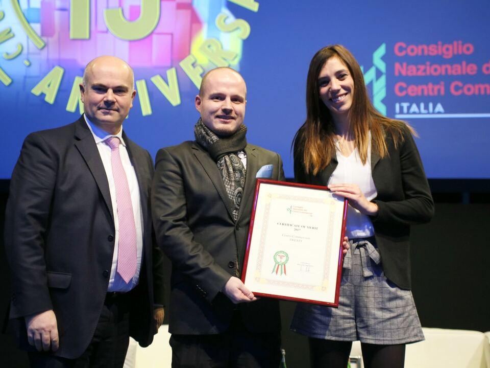 twenty-gewinnt-award-vnlr-cncc-praesident-massimo-moretti-twenty-marketingleiter-michael-frei-eventmanagerin-marilise-di-domenico
