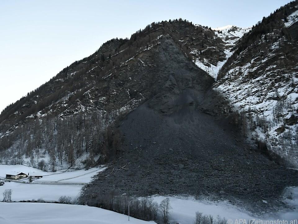 Valserstraße auf 150 Metern Länge mit Felsen und Erdreich verschütte