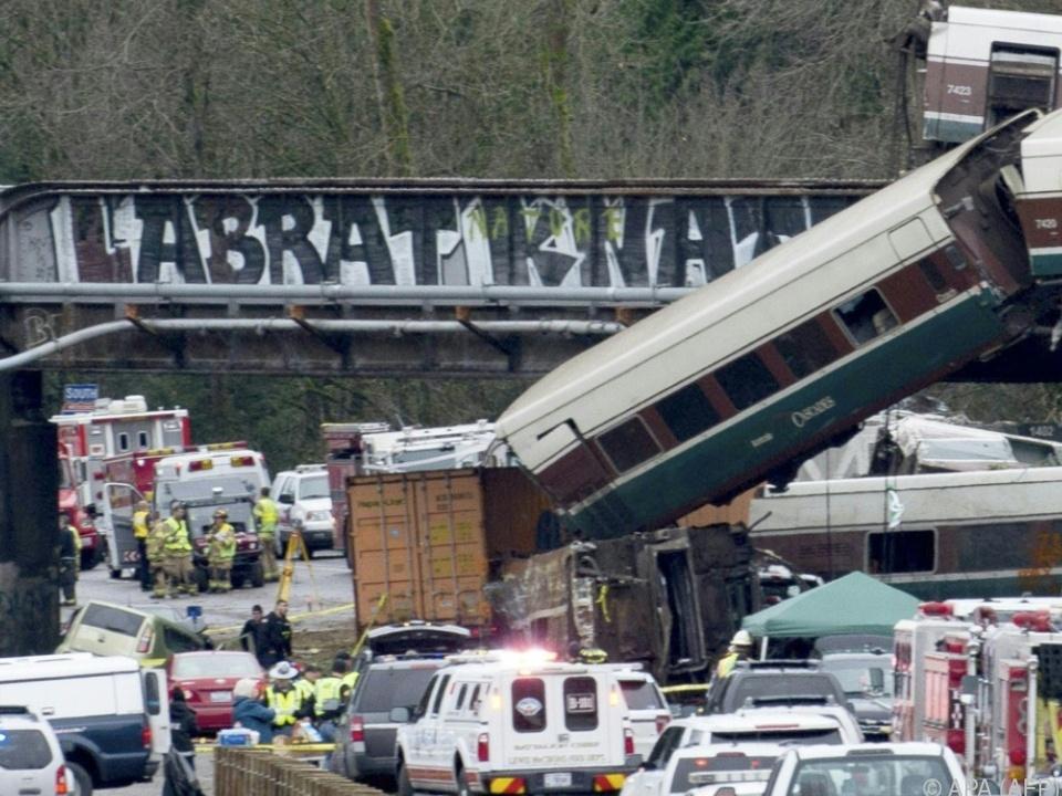 Waggons stürzten von der Eisenbahnbrücke auf die Schnellstraße