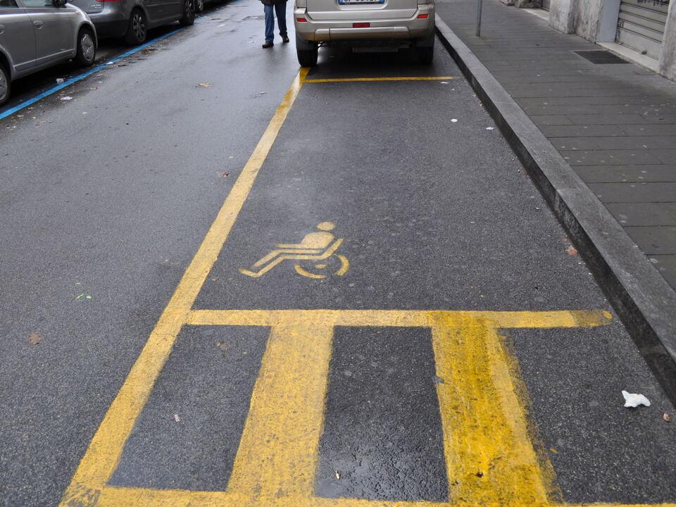 behindertenparkplatz parkplatz 976371_parcheggio_disabili