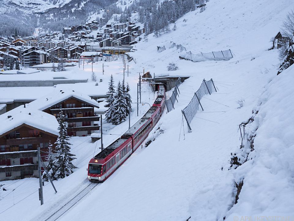 Bahn kurvt wieder durch die Berge