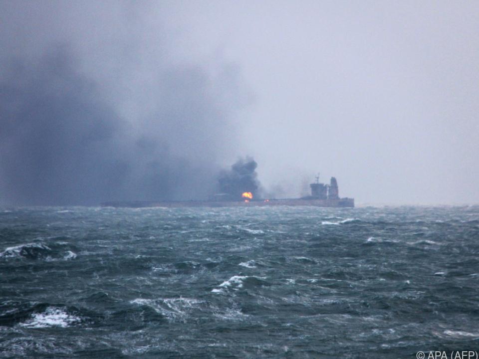 Befürchtet wird, dass der Tanker explodieren und sinken könnte
