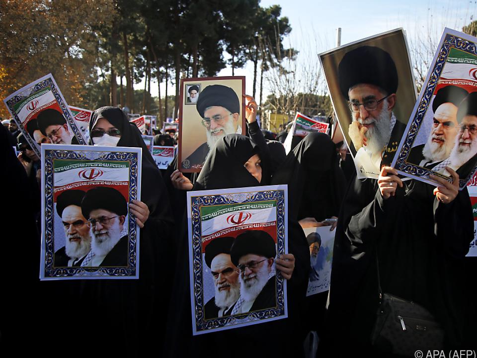 Demonstranten trugen Bilder des geistlichen Oberhaupts Khamenei