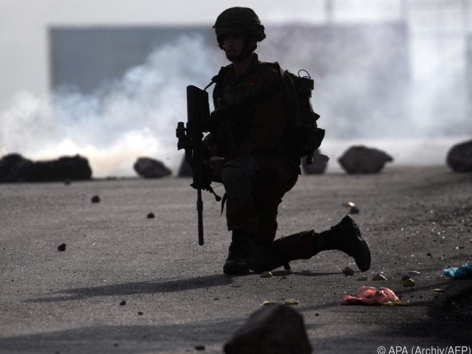 Der Angreifer wird von Soldaten gesucht