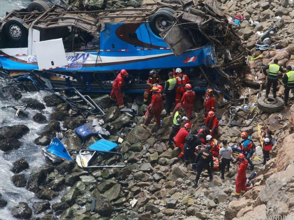 Der Bus stürzte 100 Meter in der \