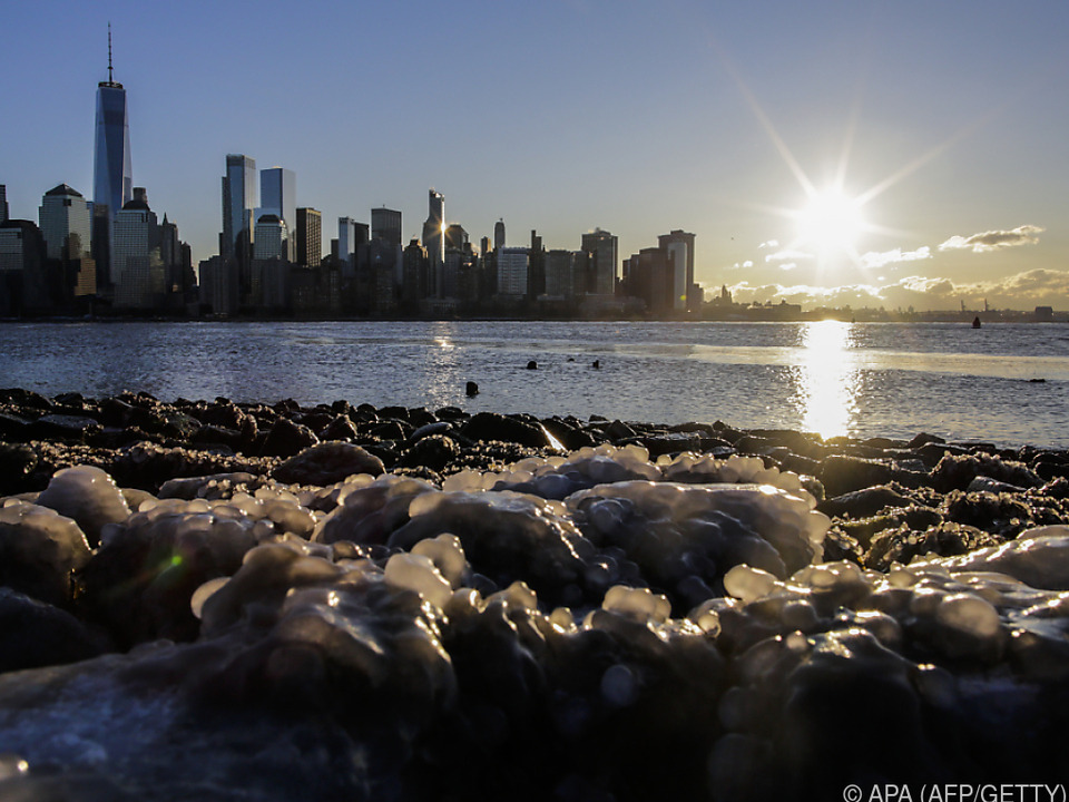 Eisschollen am Ufer des Hudson River