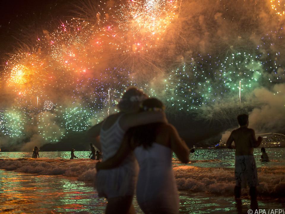 Feuerwerke in unzähligen Metropolen, hier an der  Copacabana in Rio