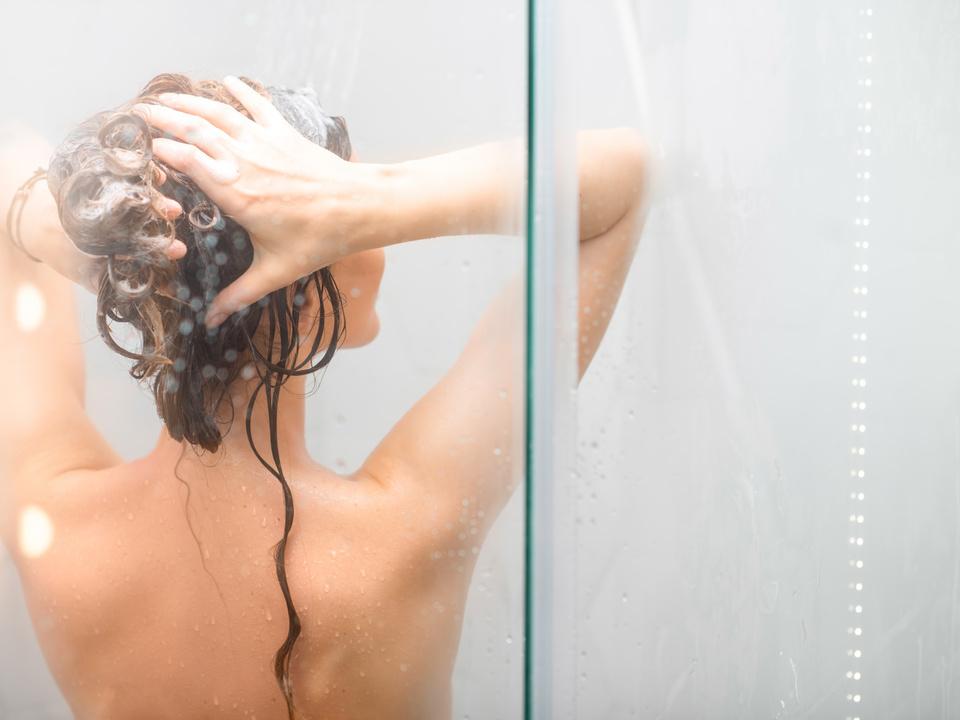Frau duschen Young woman showering