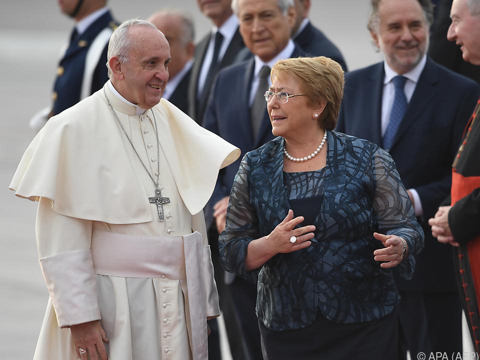 Franziskus wurde von Präsidentin Bachelet empfangen