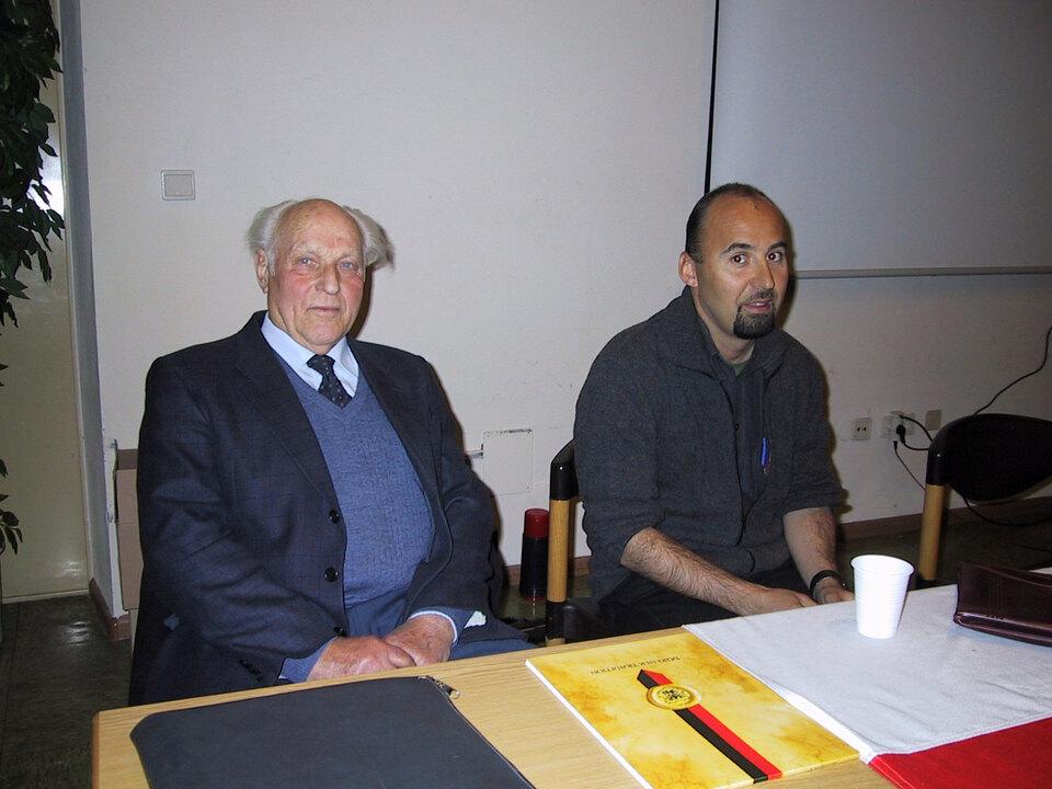 gnther-obwegs-2013-mit-freiheitskmpfer-hans-stieler-2010-2001-bei-einem-vortrag-in-ehrenburg-quelle-schuetzen-com