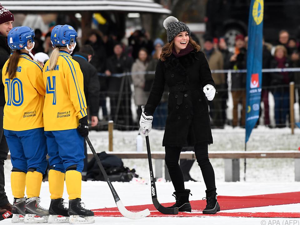 Kate versucht sich an Bandy, einem Vorgänger von Eishockey