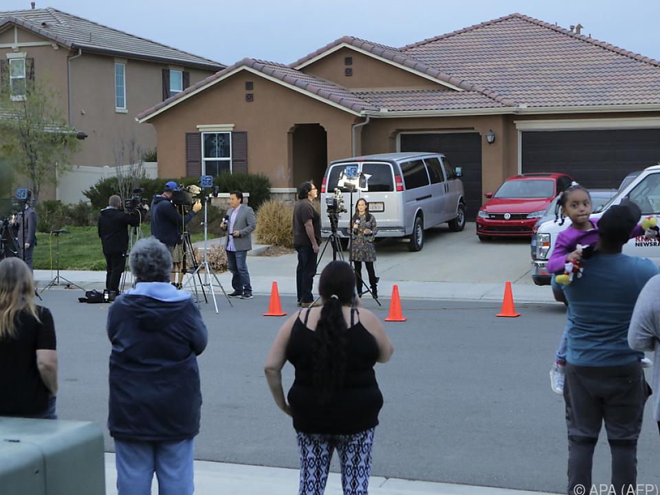 Kamerateams vor dem Haus der Familie