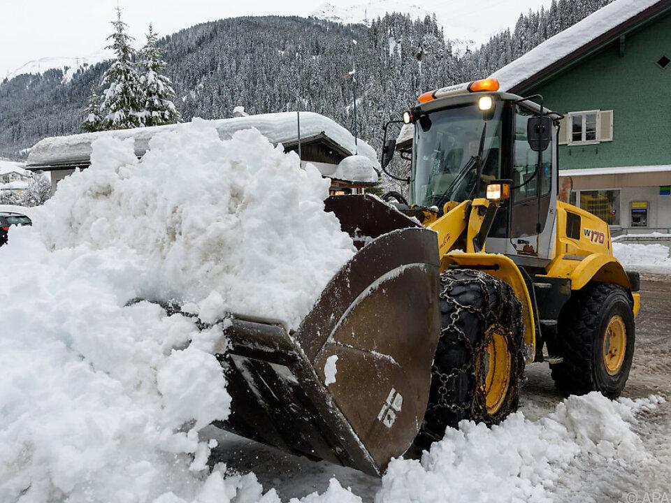 Kampf mit den Schneemassen am Arlberg