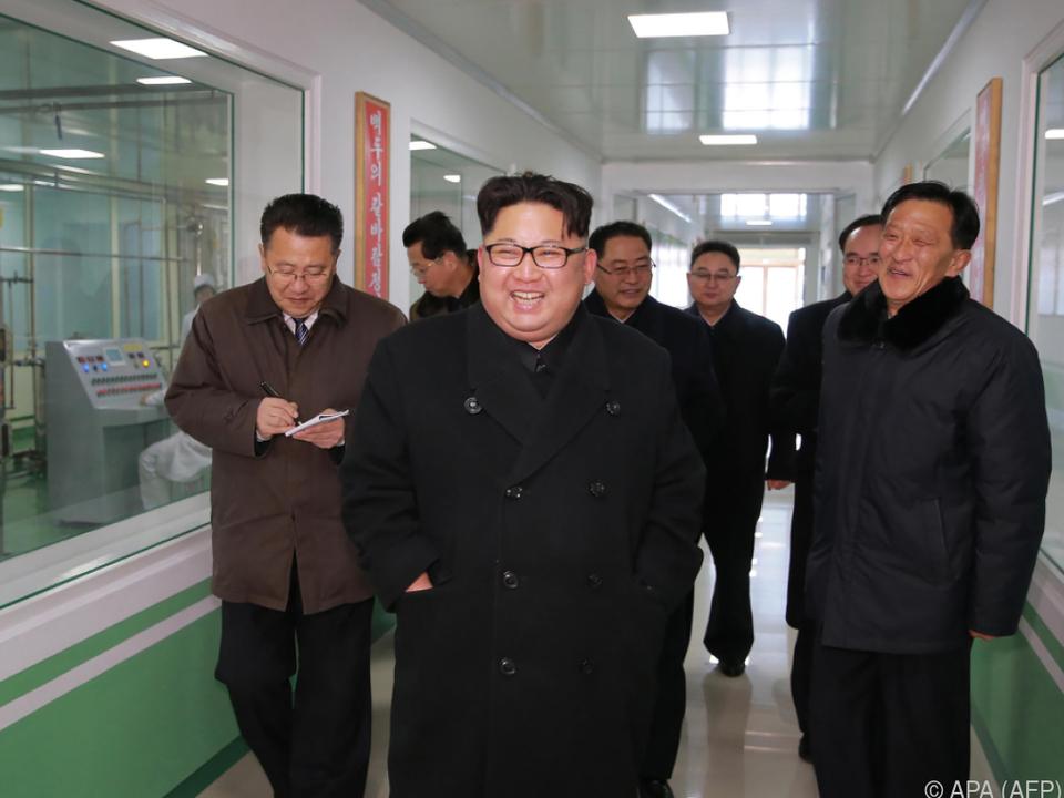 Kim Jong-un bei einer Fabriksbesichtigung