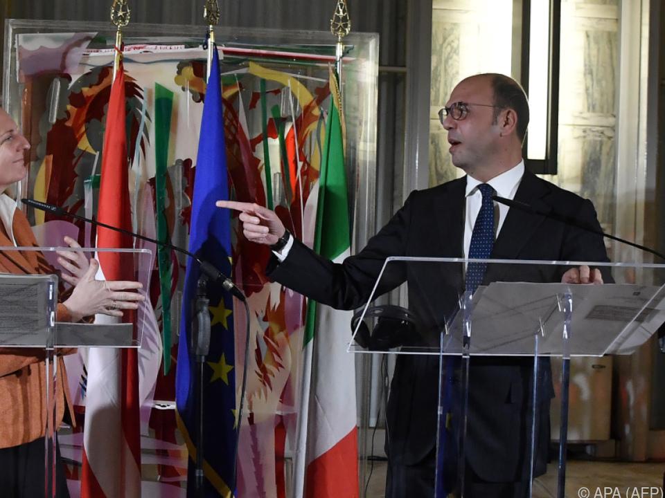 Kneissl und Alfano bei ihrer Pressekonferenz in Rom