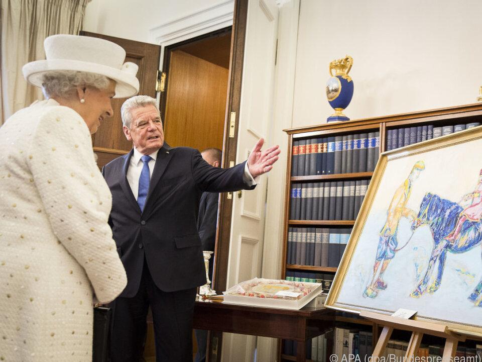 Queen Elizabeth II. vor dem Gemälde von Nicole Leidenfrost