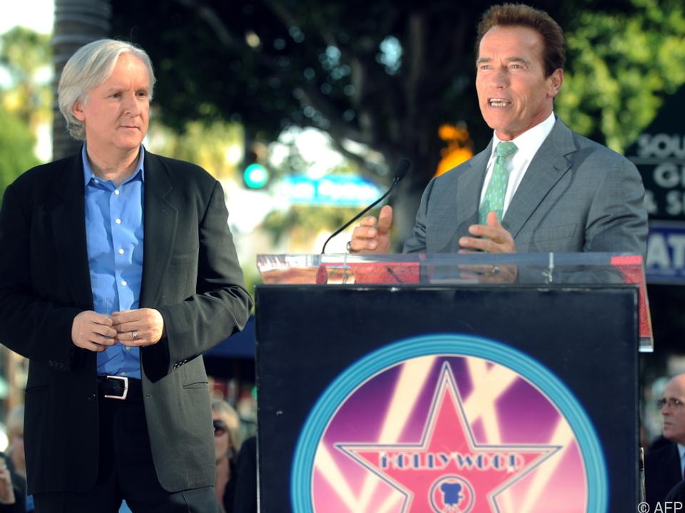 Schwarzenegger und Regisseur Cameron (l.) sind schockiert