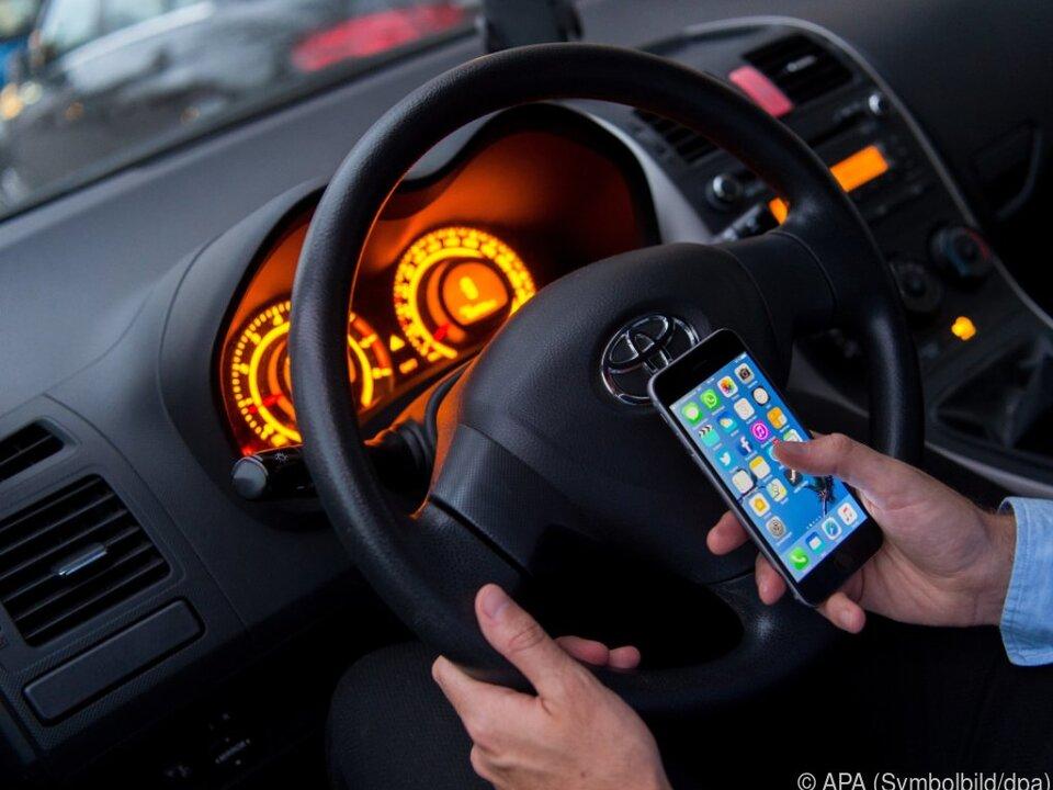 Stille SMS helfen dabei, Menschen zu orten auto handy sym smartphone