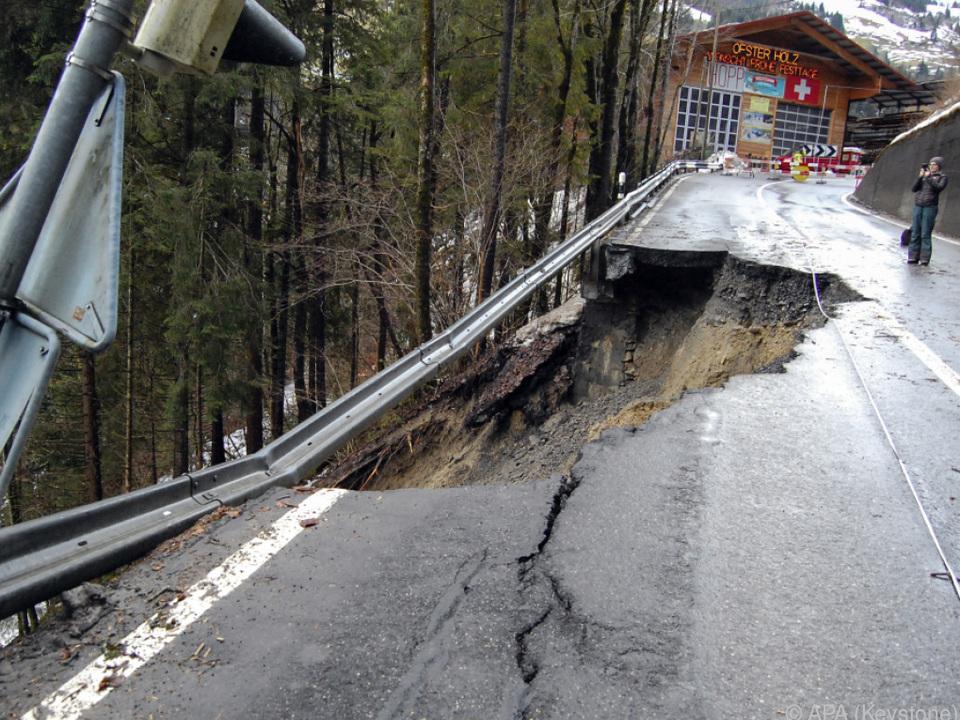 Straßenschaden soll überbrückt werden