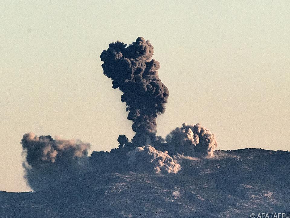 Über den bombardierten Gebieten steigt Rauch auf