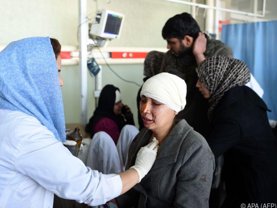 Verletzte werden in einer Klinik versorgt