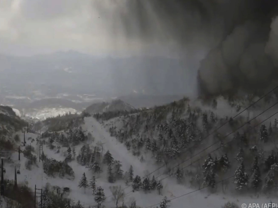 Vulkan schleuderte Gestein auf Gondeln