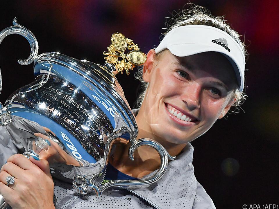Wozniacki mit ihrem riesigen Pokal