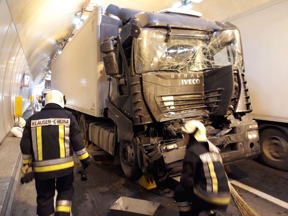 Unfall A22 Tunnel Lkw