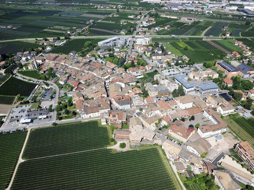raumordnung Die Gewerbegebiete weiterer zwölf Gemeinden werden heuer ans Glasfasernetz angeschlossen. Im Bild: eine Luftanufnahme von Neumarkt und Auer.